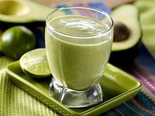 Экзотический напиток из авокадо с молоком
