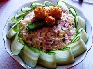 Салат оливье со свежими огурцами, зеленым луком и зеленью не только вкусный, но и полезный!