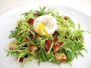 Яйца пашот с овощами и беконом