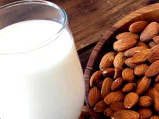 Миндальное молоко: польза, рецепт