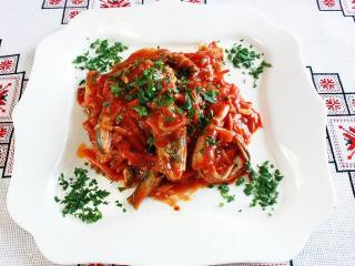 Мойва, тушеная в томатном соусе