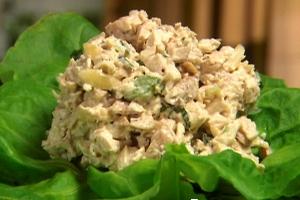 Салат с лососем, кукурузой и рисом - прекрасное блюдо для домашнего обеда.