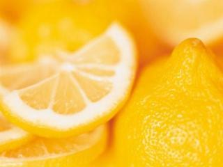 При помощи обычного лимона…