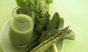 Поэтому листовой салат обладает целым рядом полезных качеств: он снижает уровень холестерина в крови и нормализует сердечную деятельность