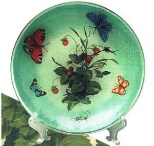 Такую тарелку можно повесить на стену или использовать под фрукты, конфеты и многое другое.