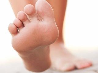 Признаки грибка на ногтях ног