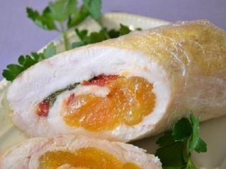 Рулеты из куриных грудок с курагой. Вкусный рецепт второго блюда. Блюдо из курицы