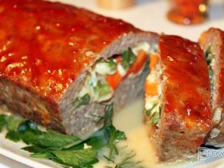 Мясной рулет с зеленью и томатным соусом.