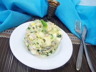 Пикантный салат с копченой курицей. Рецепт с фото