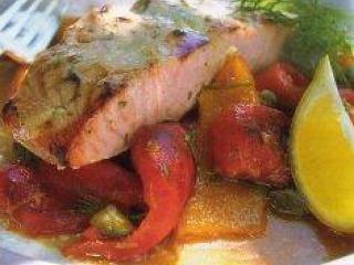 Лосось с запеченными перцами. Блюда из рыбы. Национальная греческая кухня