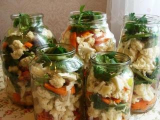 Салат на зиму из огурцов с морковью и цветной капустой