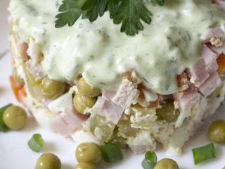 Для салата оливье с мясом можно использовать нежирную свинину - это очень вкусно!