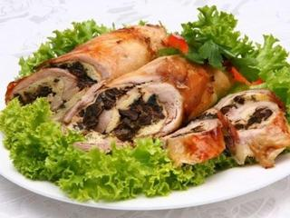 Рулетики из курицы с черносливом можно приготовить в духовке - это просто и вкусно!
