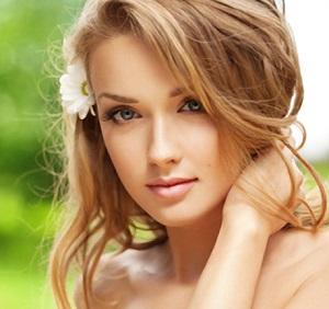 Нежная блондинка делает масаж фото 471-377
