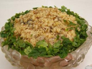 Салат из курицы с кунжутом и черносливом