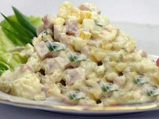 И простой салат оливье можно украсить новыми вкусовыми оттенками, если отнестись творчески к рецепту приготовления.
