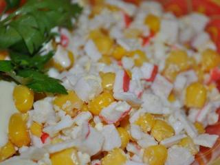 Недорогой и вкусный салат из крабовых палочек с кукурузой и рисом может быть настоящим украшением стола.