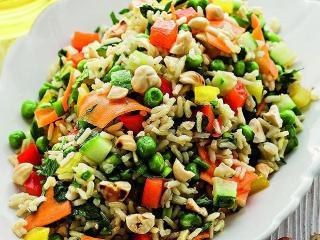 Пестрый овощной салат с рисом