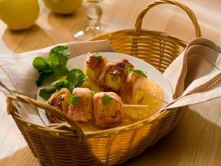 Шашлычки из фруктов в копченой грудинке