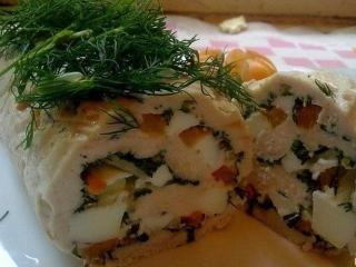 Рулет рыбный с морковью, луком и помидорами