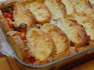 Хлебная запеканка с грибами и помидорами