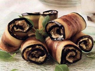 Вкусный кулинарный рецепт рулетиков из баклажан с грибами. С этой же начинкой можно приготовить и фаршированные баклажаны.