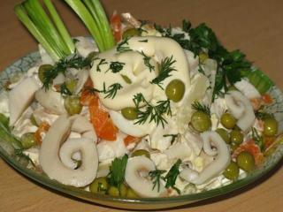 Салат из кальмаров с овощами - рецепт с фото