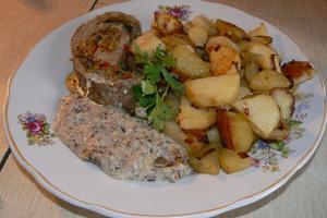 Если вы любите блюда из фарша, то рецепт свиного рулета под грибным соусом то, что вам нужно!